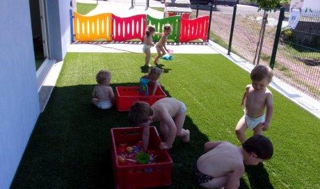Jeux d'eau à la micro crèche Les Bisounours